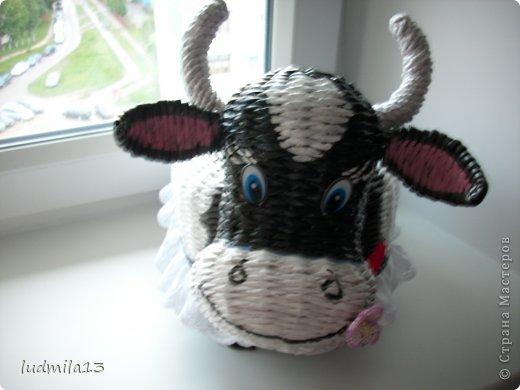 Здравствуй, Страна!!! Оцените мою выстраданную коровушку. Даже представить трудно, что только не придется плести. Коровы в инете я не нашла, пришлось выстрадать собственными мыслями и представлениями. Фото далеко не супер, но завтра надо нести, а сил и нервов что-то уже не хватает))))) фото 11