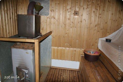Сверху бак для воды, сделали сами из бака от стиральной машинки.  Где то получается четыре ведра горячей воды.