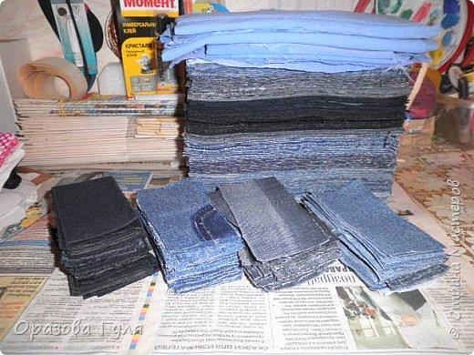 Покрывало из старых джинс. Когда стала перебирать вещи в шкафах и отбрасывать все старье (иногда находит желание все выбросить), набралось два мешка джинсовых вещей. Одних только брюк целый мешок, а еще юбки, куртки, рубашки, шорты и даже сарафан из джинсы. Некоторые вещи почти новые, импортные и качественные. Стало жалко столько добра на помойку нести... Зашла в интернет посоветоваться, предложений много, я выбрала что попроще. Покрывало. фото 2