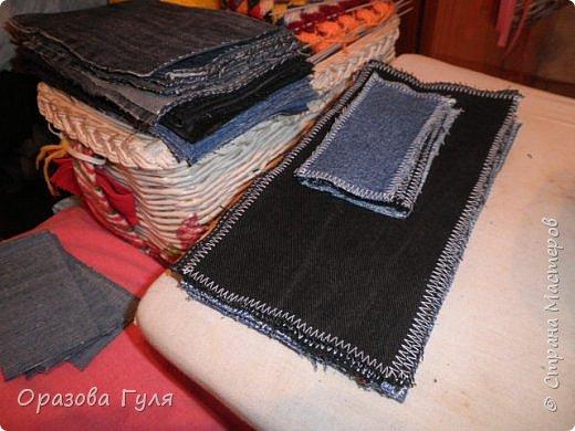 Покрывало из старых джинс. Когда стала перебирать вещи в шкафах и отбрасывать все старье (иногда находит желание все выбросить), набралось два мешка джинсовых вещей. Одних только брюк целый мешок, а еще юбки, куртки, рубашки, шорты и даже сарафан из джинсы. Некоторые вещи почти новые, импортные и качественные. Стало жалко столько добра на помойку нести... Зашла в интернет посоветоваться, предложений много, я выбрала что попроще. Покрывало. фото 3