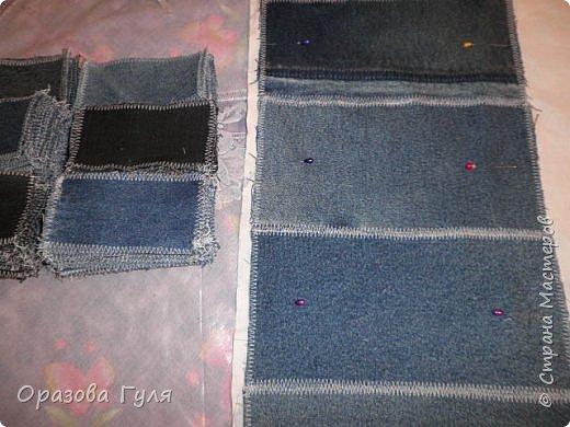 Покрывало из старых джинс. Когда стала перебирать вещи в шкафах и отбрасывать все старье (иногда находит желание все выбросить), набралось два мешка джинсовых вещей. Одних только брюк целый мешок, а еще юбки, куртки, рубашки, шорты и даже сарафан из джинсы. Некоторые вещи почти новые, импортные и качественные. Стало жалко столько добра на помойку нести... Зашла в интернет посоветоваться, предложений много, я выбрала что попроще. Покрывало. фото 5
