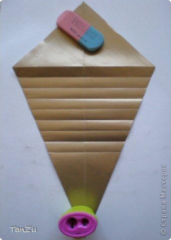 Всем огромный привет! Хочу поделиться со всеми процессом изготовления вот такой закрученной ракушки в технике оригами. Свою работу я назвала мастер-классом. Конечно же, ракушку и способ складывания этой поделки придумала не я, делала по видео-уроку с сайта Планета оригами http://planetaorigami.ru/2012/07/zakruchennaya-rakovina-po-sxeme-tomoko-fuse/  А я хочу показать вам этапы своей работы с пояснениями, которые, я надеюсь, значительно облегчат труд желающим сложить такую ракушку. Сама я раз пятнадцать пересматривала видео, пока точно не посчитала необходимое количество сложений. Если модераторы не посчитают мою запись мастер-классом, то я не обижусь. Сначала советую посмотреть видео, а потом следовать моему Мк. Фотографий будет много, но не пугайтесь, на самом деле все не так сложно, вторую ракушку, которую я вам здесь представляю, я делала уже практически по памяти. Как говорится, глаза боятся, а руки делают! фото 7