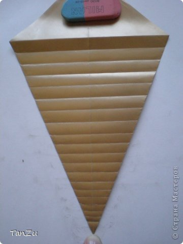 Всем огромный привет! Хочу поделиться со всеми процессом изготовления вот такой закрученной ракушки в технике оригами. Свою работу я назвала мастер-классом. Конечно же, ракушку и способ складывания этой поделки придумала не я, делала по видео-уроку с сайта Планета оригами http://planetaorigami.ru/2012/07/zakruchennaya-rakovina-po-sxeme-tomoko-fuse/  А я хочу показать вам этапы своей работы с пояснениями, которые, я надеюсь, значительно облегчат труд желающим сложить такую ракушку. Сама я раз пятнадцать пересматривала видео, пока точно не посчитала необходимое количество сложений. Если модераторы не посчитают мою запись мастер-классом, то я не обижусь. Сначала советую посмотреть видео, а потом следовать моему Мк. Фотографий будет много, но не пугайтесь, на самом деле все не так сложно, вторую ракушку, которую я вам здесь представляю, я делала уже практически по памяти. Как говорится, глаза боятся, а руки делают! фото 9