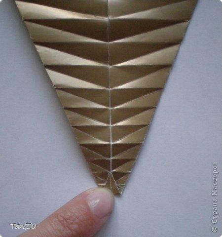 Всем огромный привет! Хочу поделиться со всеми процессом изготовления вот такой закрученной ракушки в технике оригами. Свою работу я назвала мастер-классом. Конечно же, ракушку и способ складывания этой поделки придумала не я, делала по видео-уроку с сайта Планета оригами http://planetaorigami.ru/2012/07/zakruchennaya-rakovina-po-sxeme-tomoko-fuse/  А я хочу показать вам этапы своей работы с пояснениями, которые, я надеюсь, значительно облегчат труд желающим сложить такую ракушку. Сама я раз пятнадцать пересматривала видео, пока точно не посчитала необходимое количество сложений. Если модераторы не посчитают мою запись мастер-классом, то я не обижусь. Сначала советую посмотреть видео, а потом следовать моему Мк. Фотографий будет много, но не пугайтесь, на самом деле все не так сложно, вторую ракушку, которую я вам здесь представляю, я делала уже практически по памяти. Как говорится, глаза боятся, а руки делают! фото 14