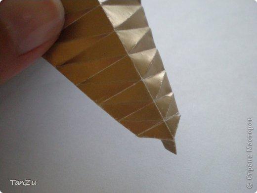 Всем огромный привет! Хочу поделиться со всеми процессом изготовления вот такой закрученной ракушки в технике оригами. Свою работу я назвала мастер-классом. Конечно же, ракушку и способ складывания этой поделки придумала не я, делала по видео-уроку с сайта Планета оригами http://planetaorigami.ru/2012/07/zakruchennaya-rakovina-po-sxeme-tomoko-fuse/  А я хочу показать вам этапы своей работы с пояснениями, которые, я надеюсь, значительно облегчат труд желающим сложить такую ракушку. Сама я раз пятнадцать пересматривала видео, пока точно не посчитала необходимое количество сложений. Если модераторы не посчитают мою запись мастер-классом, то я не обижусь. Сначала советую посмотреть видео, а потом следовать моему Мк. Фотографий будет много, но не пугайтесь, на самом деле все не так сложно, вторую ракушку, которую я вам здесь представляю, я делала уже практически по памяти. Как говорится, глаза боятся, а руки делают! фото 15