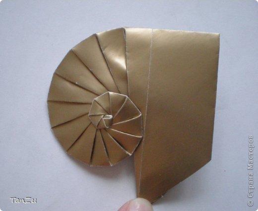 Всем огромный привет! Хочу поделиться со всеми процессом изготовления вот такой закрученной ракушки в технике оригами. Свою работу я назвала мастер-классом. Конечно же, ракушку и способ складывания этой поделки придумала не я, делала по видео-уроку с сайта Планета оригами http://planetaorigami.ru/2012/07/zakruchennaya-rakovina-po-sxeme-tomoko-fuse/  А я хочу показать вам этапы своей работы с пояснениями, которые, я надеюсь, значительно облегчат труд желающим сложить такую ракушку. Сама я раз пятнадцать пересматривала видео, пока точно не посчитала необходимое количество сложений. Если модераторы не посчитают мою запись мастер-классом, то я не обижусь. Сначала советую посмотреть видео, а потом следовать моему Мк. Фотографий будет много, но не пугайтесь, на самом деле все не так сложно, вторую ракушку, которую я вам здесь представляю, я делала уже практически по памяти. Как говорится, глаза боятся, а руки делают! фото 19