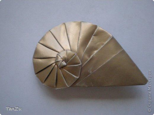 Всем огромный привет! Хочу поделиться со всеми процессом изготовления вот такой закрученной ракушки в технике оригами. Свою работу я назвала мастер-классом. Конечно же, ракушку и способ складывания этой поделки придумала не я, делала по видео-уроку с сайта Планета оригами http://planetaorigami.ru/2012/07/zakruchennaya-rakovina-po-sxeme-tomoko-fuse/  А я хочу показать вам этапы своей работы с пояснениями, которые, я надеюсь, значительно облегчат труд желающим сложить такую ракушку. Сама я раз пятнадцать пересматривала видео, пока точно не посчитала необходимое количество сложений. Если модераторы не посчитают мою запись мастер-классом, то я не обижусь. Сначала советую посмотреть видео, а потом следовать моему Мк. Фотографий будет много, но не пугайтесь, на самом деле все не так сложно, вторую ракушку, которую я вам здесь представляю, я делала уже практически по памяти. Как говорится, глаза боятся, а руки делают! фото 23
