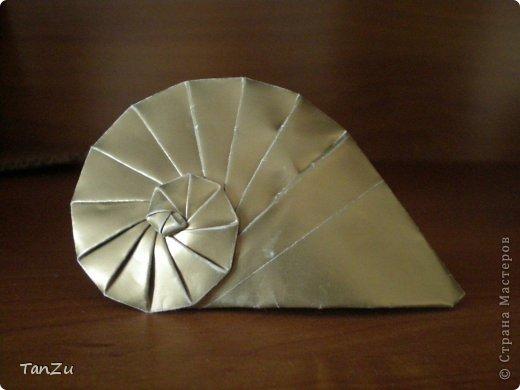Всем огромный привет! Хочу поделиться со всеми процессом изготовления вот такой закрученной ракушки в технике оригами. Свою работу я назвала мастер-классом. Конечно же, ракушку и способ складывания этой поделки придумала не я, делала по видео-уроку с сайта Планета оригами http://planetaorigami.ru/2012/07/zakruchennaya-rakovina-po-sxeme-tomoko-fuse/  А я хочу показать вам этапы своей работы с пояснениями, которые, я надеюсь, значительно облегчат труд желающим сложить такую ракушку. Сама я раз пятнадцать пересматривала видео, пока точно не посчитала необходимое количество сложений. Если модераторы не посчитают мою запись мастер-классом, то я не обижусь. Сначала советую посмотреть видео, а потом следовать моему Мк. Фотографий будет много, но не пугайтесь, на самом деле все не так сложно, вторую ракушку, которую я вам здесь представляю, я делала уже практически по памяти. Как говорится, глаза боятся, а руки делают! фото 24