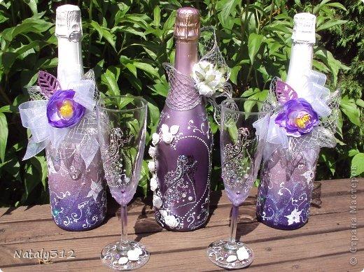 Как же не быть свадебному настроению, если мой сын сегодня женился?! И хоть свадьбы не было (молодые предпочли сразу уехать на юг), бутылочки с бокалами я все же оформила.