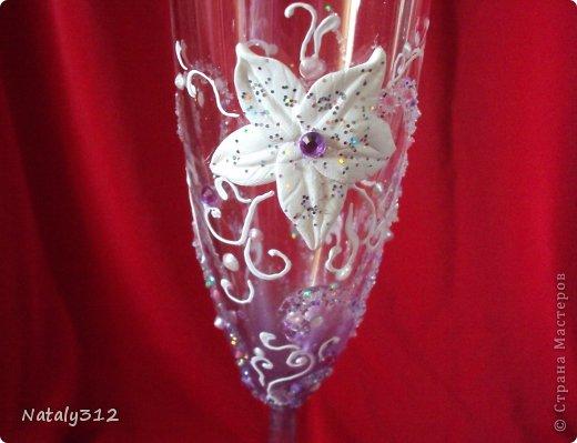 Как же не быть свадебному настроению, если мой сын сегодня женился?! И хоть свадьбы не было (молодые предпочли сразу уехать на юг), бутылочки с бокалами я все же оформила. фото 18