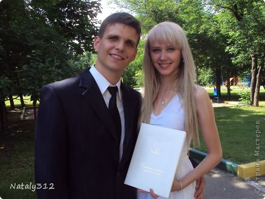 Как же не быть свадебному настроению, если мой сын сегодня женился?! И хоть свадьбы не было (молодые предпочли сразу уехать на юг), бутылочки с бокалами я все же оформила. фото 15