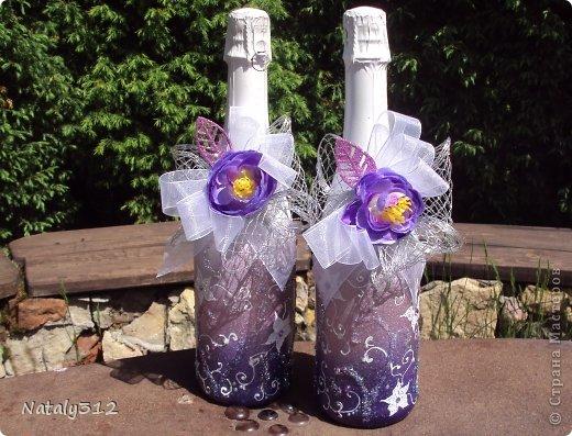 Как же не быть свадебному настроению, если мой сын сегодня женился?! И хоть свадьбы не было (молодые предпочли сразу уехать на юг), бутылочки с бокалами я все же оформила. фото 4
