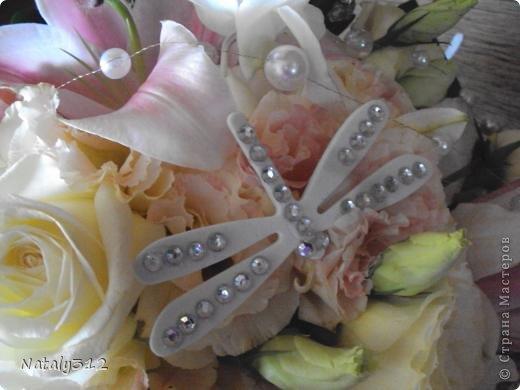 Как же не быть свадебному настроению, если мой сын сегодня женился?! И хоть свадьбы не было (молодые предпочли сразу уехать на юг), бутылочки с бокалами я все же оформила. фото 13