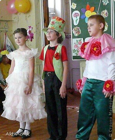 В школе во втором классе состоялся Бал Цветов. Мой сынуля захотел быть Маком. фото 4
