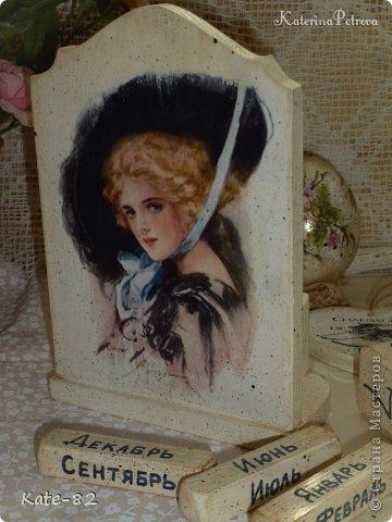 """На календаре изображены рисунки известного американского художника Харрисона Фишера. Его называли """"отцом тысячи девушек"""". Женственные и независимые, роскошные и утонченные, """"девушки Фишера"""" считались воплощением женской красоты. Очаровательные женские образы, созданные Фишером, до сих пор пользуются огромной популярностью, не утратив с годами своего обаяния и элегантности.  Календарь искусственно состарен. Все материалы использованные в работе не токсичны и абсолютно безопасны.  Единственный экземпляр.  фото 4"""