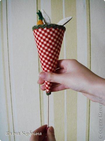 Итак, одна из самых интересных, на мой взгляд, старинных игрушек – марионетка или петрушка, она же дергунчик на палочке– когда-то традиционная забава детей. Ее назначение - развеселить малыша. Стоит потянуть за бусину, как петрушка «прячется».Но он не только прячется в конус, если его покрутить за деревянный шарик, но и поворачивается в разные стороны. В моем варианте петрушка это мишки, заяц, лягушка. фото 6