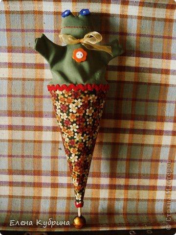 Итак, одна из самых интересных, на мой взгляд, старинных игрушек – марионетка или петрушка, она же дергунчик на палочке– когда-то традиционная забава детей. Ее назначение - развеселить малыша. Стоит потянуть за бусину, как петрушка «прячется».Но он не только прячется в конус, если его покрутить за деревянный шарик, но и поворачивается в разные стороны. В моем варианте петрушка это мишки, заяц, лягушка. фото 4