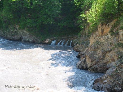 Окруженная со всех сторон горными хребтами и заснеженными вершинами,горная Адыгея похожа на громадную чашу,заполненную до краев сокровищами природы. фото 12