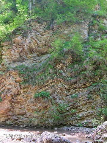 Окруженная со всех сторон горными хребтами и заснеженными вершинами,горная Адыгея похожа на громадную чашу,заполненную до краев сокровищами природы. фото 16