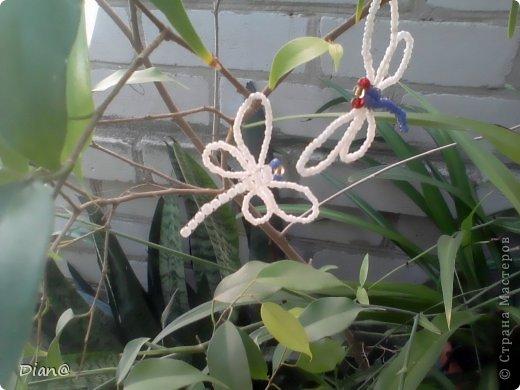 Обычная маленькая стрекоза из бисера.  Делается очень легко и быстро.  Можно использовать как брелок, украшение (на...