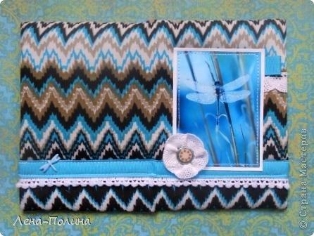 Добрый день дорогие мастерицы! Сегодня я хочу рассказать вам как я делаю обложки на паспорт обтянутые тканью. Нам понадобится: Плотный картон для основы бумага для пастели синтепон ткань прозрачный пластиковый уголок или папка украшения на ваш вкус швейная машинка клей, ножницы, нож канцелярский, линейка. фото 8
