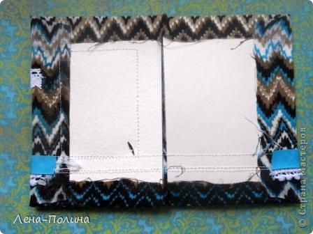 Добрый день дорогие мастерицы! Сегодня я хочу рассказать вам как я делаю обложки на паспорт обтянутые тканью. Нам понадобится: Плотный картон для основы бумага для пастели синтепон ткань прозрачный пластиковый уголок или папка украшения на ваш вкус швейная машинка клей, ножницы, нож канцелярский, линейка. фото 9