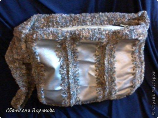 а это кусочки из кожзаменителя от старой сумки обвязаны пестрой синельной ниткой. получилась очень приятная на ощупь...