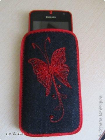 Сшила себе вот такой чехол,покупать проще простого захотелось в цвет телефона сделать.Цветы и бабочку вышивала сначала на машинке,потом добавила бисера. фото 3