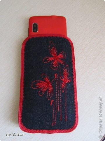 Сшила себе вот такой чехол,покупать проще простого захотелось в цвет телефона сделать.Цветы и бабочку вышивала сначала на машинке,потом добавила бисера. фото 4