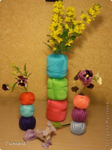 Вот такие вазочки у меня получились. В клубочках пробирки. Цветочки так и будут стоять на моем столе! Идея не моя, где-то видела... фото 2
