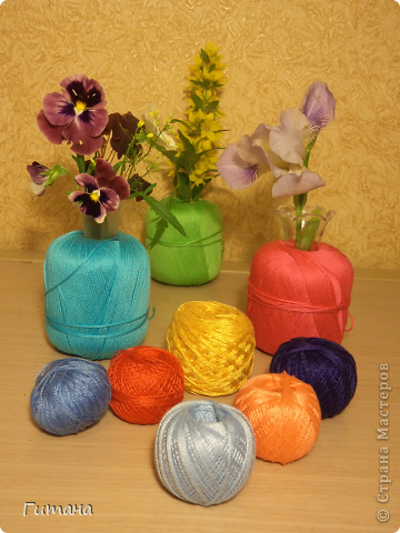 Вот такие вазочки у меня получились. В клубочках пробирки. Цветочки так и будут стоять на моем столе! Идея не моя, где-то видела... фото 1