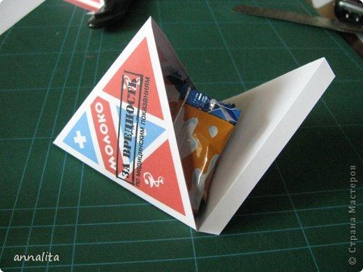 """Только сегодня выложила открыточки ко Дню медика (https://stranamasterov.ru/node/590666), как придумались и сделались такие вот упаковочки. У меня они небольшого размера (высота где-то 8 см), но можно сделать и побольше. Я внутрь насыпала конфет, но туда поместится и небольшой подарочек. Идею подсмотрела у шоколадной компании Конфаэль. Немного переделала по-своему. В общем-то, развертку я рисовала в Coral сама полностью, даже надпись """"молоко"""" - старалась, чтобы получилось как на советских пакетах, а шрифт готовый не нашла, вот и пришлось все самой:) фото 2"""