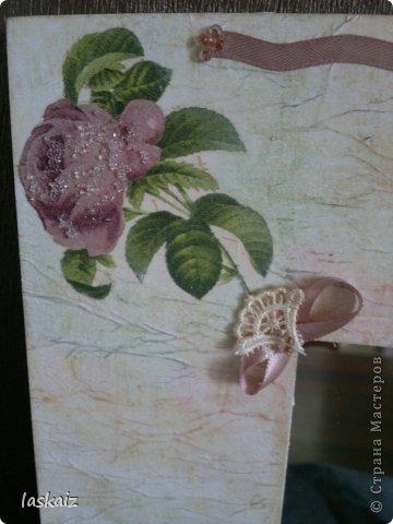 """Доброй ночи!!! С наступлением лета, многие жительницы нашей Страны показывает чудесные цветники на своих садовый участках. Увы, на моей даче, пока, я этим похвастаться не могу, а хоцца красоты!!!!! Вышла из положения таким образом: гуляя с дитями по окрестностям нашла """"клад""""-валуны и каменюшки, что могла прихватила в колясоку, что не смогла забросала травкой (а вдруг еще кому надо). Местные мужики с явным недоумением смотрели,как я бороздила поле, так как промахнулась с местом запрятывания клада, и перла валунок в машину, хотя после того,как я одна - девушка,вместе с мужской кодлой,ловила экраном уклейку и тащила ведро полное этой рыбины из низины,где у нас речка, в гору домой, они не особо удивились, что с нее возьмешь, то с рыбиной, то с камнями, то с палками))))))) Короче отсупила я от темы. Решила создать на участке хотя бы такой цветничок. Это большой валунок, взвесила его дома-6,5 кг оказался. Салфетку мне прислала из Израиля-Анечка (Marfushka), за что ей низкий поклон, уж очень она мне нравится и камень с ней мне очень нравится, хоть дома оставляй и любуйся. Покрыла 3 видами лака:акриловый паркетный,акриловый для бань и саун и автолак. фото 12"""
