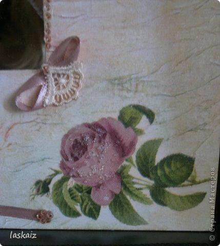 """Доброй ночи!!! С наступлением лета, многие жительницы нашей Страны показывает чудесные цветники на своих садовый участках. Увы, на моей даче, пока, я этим похвастаться не могу, а хоцца красоты!!!!! Вышла из положения таким образом: гуляя с дитями по окрестностям нашла """"клад""""-валуны и каменюшки, что могла прихватила в колясоку, что не смогла забросала травкой (а вдруг еще кому надо). Местные мужики с явным недоумением смотрели,как я бороздила поле, так как промахнулась с местом запрятывания клада, и перла валунок в машину, хотя после того,как я одна - девушка,вместе с мужской кодлой,ловила экраном уклейку и тащила ведро полное этой рыбины из низины,где у нас речка, в гору домой, они не особо удивились, что с нее возьмешь, то с рыбиной, то с камнями, то с палками))))))) Короче отсупила я от темы. Решила создать на участке хотя бы такой цветничок. Это большой валунок, взвесила его дома-6,5 кг оказался. Салфетку мне прислала из Израиля-Анечка (Marfushka), за что ей низкий поклон, уж очень она мне нравится и камень с ней мне очень нравится, хоть дома оставляй и любуйся. Покрыла 3 видами лака:акриловый паркетный,акриловый для бань и саун и автолак. фото 14"""