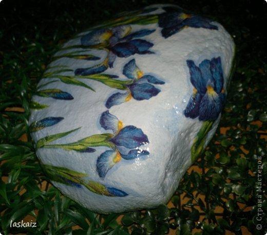 """Доброй ночи!!! С наступлением лета, многие жительницы нашей Страны показывает чудесные цветники на своих садовый участках. Увы, на моей даче, пока, я этим похвастаться не могу, а хоцца красоты!!!!! Вышла из положения таким образом: гуляя с дитями по окрестностям нашла """"клад""""-валуны и каменюшки, что могла прихватила в колясоку, что не смогла забросала травкой (а вдруг еще кому надо). Местные мужики с явным недоумением смотрели,как я бороздила поле, так как промахнулась с местом запрятывания клада, и перла валунок в машину, хотя после того,как я одна - девушка,вместе с мужской кодлой,ловила экраном уклейку и тащила ведро полное этой рыбины из низины,где у нас речка, в гору домой, они не особо удивились, что с нее возьмешь, то с рыбиной, то с камнями, то с палками))))))) Короче отсупила я от темы. Решила создать на участке хотя бы такой цветничок. Это большой валунок, взвесила его дома-6,5 кг оказался. Салфетку мне прислала из Израиля-Анечка (Marfushka), за что ей низкий поклон, уж очень она мне нравится и камень с ней мне очень нравится, хоть дома оставляй и любуйся. Покрыла 3 видами лака:акриловый паркетный,акриловый для бань и саун и автолак. фото 3"""