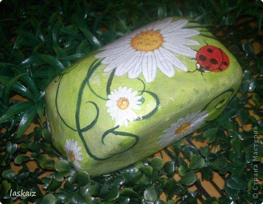 """Доброй ночи!!! С наступлением лета, многие жительницы нашей Страны показывает чудесные цветники на своих садовый участках. Увы, на моей даче, пока, я этим похвастаться не могу, а хоцца красоты!!!!! Вышла из положения таким образом: гуляя с дитями по окрестностям нашла """"клад""""-валуны и каменюшки, что могла прихватила в колясоку, что не смогла забросала травкой (а вдруг еще кому надо). Местные мужики с явным недоумением смотрели,как я бороздила поле, так как промахнулась с местом запрятывания клада, и перла валунок в машину, хотя после того,как я одна - девушка,вместе с мужской кодлой,ловила экраном уклейку и тащила ведро полное этой рыбины из низины,где у нас речка, в гору домой, они не особо удивились, что с нее возьмешь, то с рыбиной, то с камнями, то с палками))))))) Короче отсупила я от темы. Решила создать на участке хотя бы такой цветничок. Это большой валунок, взвесила его дома-6,5 кг оказался. Салфетку мне прислала из Израиля-Анечка (Marfushka), за что ей низкий поклон, уж очень она мне нравится и камень с ней мне очень нравится, хоть дома оставляй и любуйся. Покрыла 3 видами лака:акриловый паркетный,акриловый для бань и саун и автолак. фото 8"""