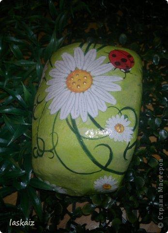 """Доброй ночи!!! С наступлением лета, многие жительницы нашей Страны показывает чудесные цветники на своих садовый участках. Увы, на моей даче, пока, я этим похвастаться не могу, а хоцца красоты!!!!! Вышла из положения таким образом: гуляя с дитями по окрестностям нашла """"клад""""-валуны и каменюшки, что могла прихватила в колясоку, что не смогла забросала травкой (а вдруг еще кому надо). Местные мужики с явным недоумением смотрели,как я бороздила поле, так как промахнулась с местом запрятывания клада, и перла валунок в машину, хотя после того,как я одна - девушка,вместе с мужской кодлой,ловила экраном уклейку и тащила ведро полное этой рыбины из низины,где у нас речка, в гору домой, они не особо удивились, что с нее возьмешь, то с рыбиной, то с камнями, то с палками))))))) Короче отсупила я от темы. Решила создать на участке хотя бы такой цветничок. Это большой валунок, взвесила его дома-6,5 кг оказался. Салфетку мне прислала из Израиля-Анечка (Marfushka), за что ей низкий поклон, уж очень она мне нравится и камень с ней мне очень нравится, хоть дома оставляй и любуйся. Покрыла 3 видами лака:акриловый паркетный,акриловый для бань и саун и автолак. фото 6"""