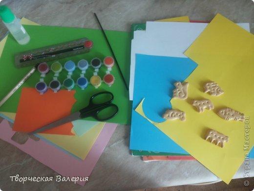 Вот что получится в конце Нам понадобится: 1.зоологические печенья 2.бумага 3.клей 4.ножницы 5.краски 6.цветные мелки фото 2