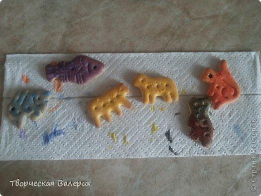 Вот что получится в конце Нам понадобится: 1.зоологические печенья 2.бумага 3.клей 4.ножницы 5.краски 6.цветные мелки фото 3