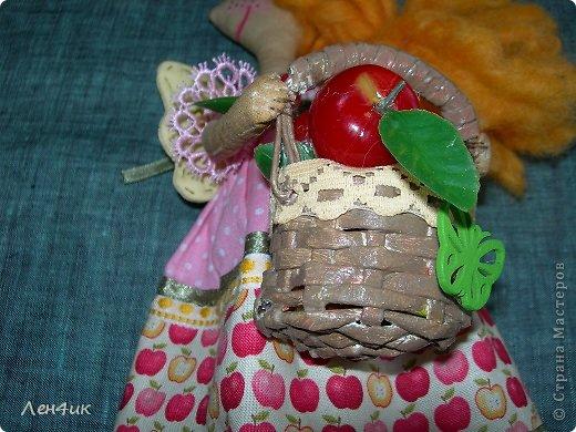 Яблони цвели у нас в этом году умопомрачительно, а сейчас все они стоят в маленьких завязях, и яблок должно быть великое множество. Такая феечка поможет справиться с обильным урожаем. Зовут ее Раечка: в основу имени легли и райская девочка-ангелочек, и райские яблочки.  Тонирована кофе с корицей (люблю этот запах), волосы - шерсть для валяния (накручивала на шпажки), ткань - бязь и хлопок. Высота получилась - 30см. фото 4