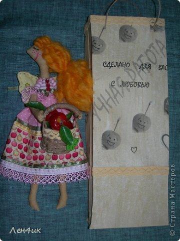 Яблони цвели у нас в этом году умопомрачительно, а сейчас все они стоят в маленьких завязях, и яблок должно быть великое множество. Такая феечка поможет справиться с обильным урожаем. Зовут ее Раечка: в основу имени легли и райская девочка-ангелочек, и райские яблочки.  Тонирована кофе с корицей (люблю этот запах), волосы - шерсть для валяния (накручивала на шпажки), ткань - бязь и хлопок. Высота получилась - 30см. фото 6