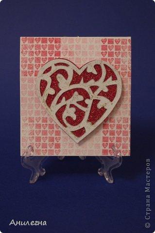 """Вот такая открытка получилась у нас с мамой. В конце учебного года надо было сделать открытку к уроку английского языка по теме """"Валентинов день""""))) Сердечко вырезала мама из акварельной бумаги, приклеили его на красный картон с блестками. фото 1"""