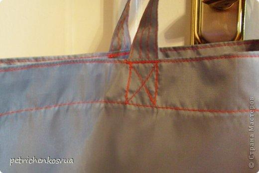 """На днях была в магазине тканей и увидела там серую плащевку. Пришла идея сшить легкую и прочную сумку для хозяйственных нужд, которую можно было бы носить в дамской сумочке и использовать при покупках. Ненавижу полиэтиленовые пакеты, которые быстро приобретают непрезентабельный вид и не очень надежны в плане переноса тяжестей. На всё про всё хватило куска ткани 1,5*0,6 м. По цене вышло 15 грн. Мерки сняла со стандартного пакета. Ниток серых дома не оказалось, но руки """"чесались"""", потому решила строчить красными. Итак, общий план спереди. фото 3"""