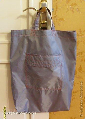 """На днях была в магазине тканей и увидела там серую плащевку. Пришла идея сшить легкую и прочную сумку для хозяйственных нужд, которую можно было бы носить в дамской сумочке и использовать при покупках. Ненавижу полиэтиленовые пакеты, которые быстро приобретают непрезентабельный вид и не очень надежны в плане переноса тяжестей. На всё про всё хватило куска ткани 1,5*0,6 м. По цене вышло 15 грн. Мерки сняла со стандартного пакета. Ниток серых дома не оказалось, но руки """"чесались"""", потому решила строчить красными. Итак, общий план спереди."""