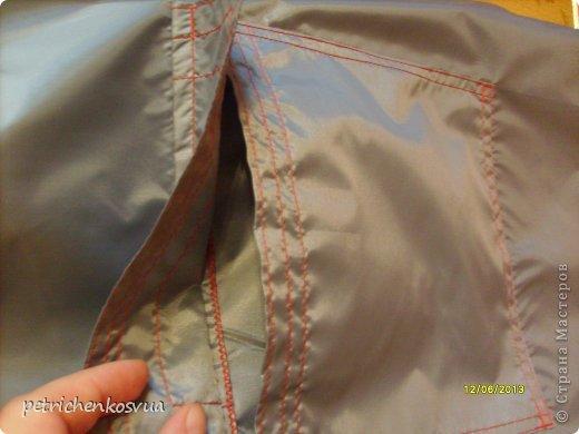 """На днях была в магазине тканей и увидела там серую плащевку. Пришла идея сшить легкую и прочную сумку для хозяйственных нужд, которую можно было бы носить в дамской сумочке и использовать при покупках. Ненавижу полиэтиленовые пакеты, которые быстро приобретают непрезентабельный вид и не очень надежны в плане переноса тяжестей. На всё про всё хватило куска ткани 1,5*0,6 м. По цене вышло 15 грн. Мерки сняла со стандартного пакета. Ниток серых дома не оказалось, но руки """"чесались"""", потому решила строчить красными. Итак, общий план спереди. фото 6"""