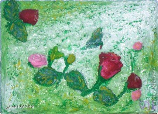 В углу валялись как всегда пара ненужных вещиц, в том числе, старенькое стеклянное колибри, цветы из пластики, лепестки, и я решила придумать что-нибудь интересное. Разложила композицию, добавила пару цветочков и все шпатлевкой залила. На следующий день покрыла аэрозольной краской и раскрасила акриловыми красками. Вот что получилось. фото 1