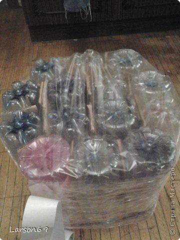 Вот такой появился дома пуфик, первый опыт работы мебели из пластиковых бутылок. Правда немного кривоват. фото 2
