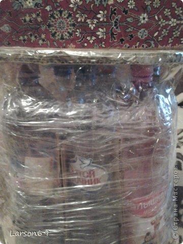 Вот такой появился дома пуфик, первый опыт работы мебели из пластиковых бутылок. Правда немного кривоват. фото 4