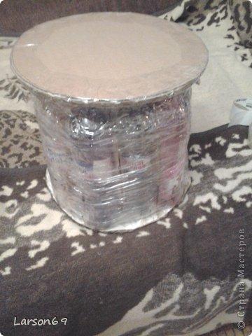 Вот такой появился дома пуфик, первый опыт работы мебели из пластиковых бутылок. Правда немного кривоват. фото 5