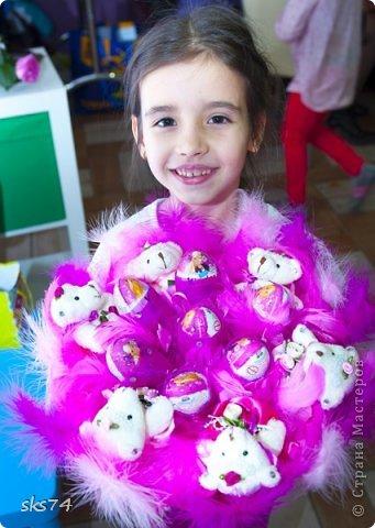 Доброго дня всем! Научилась делать букетики и для деток, с игрушками и киндерами.  фото 8